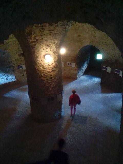 Bajando al interior de la torre del Castillo Rojo o Cerveny Kamen en Eslovaquia