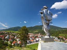 El pueblo Terchová con la estatua de Jánošík